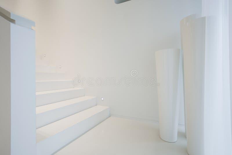 在纯净的房子里面的白色楼梯 库存照片