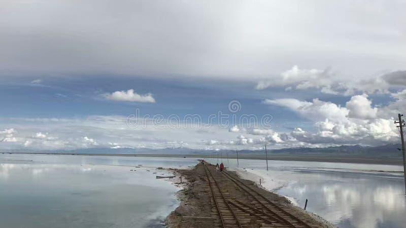 在纯净的湖水反映的天空风景 库存照片