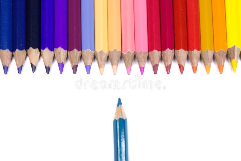 在纯净的白色背景隔绝的颜色铅笔,一支铅笔是O 库存图片