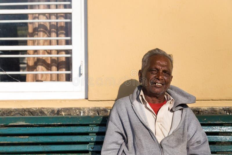 在纳努大矢火车站的老人地方人等待的火车 库存照片