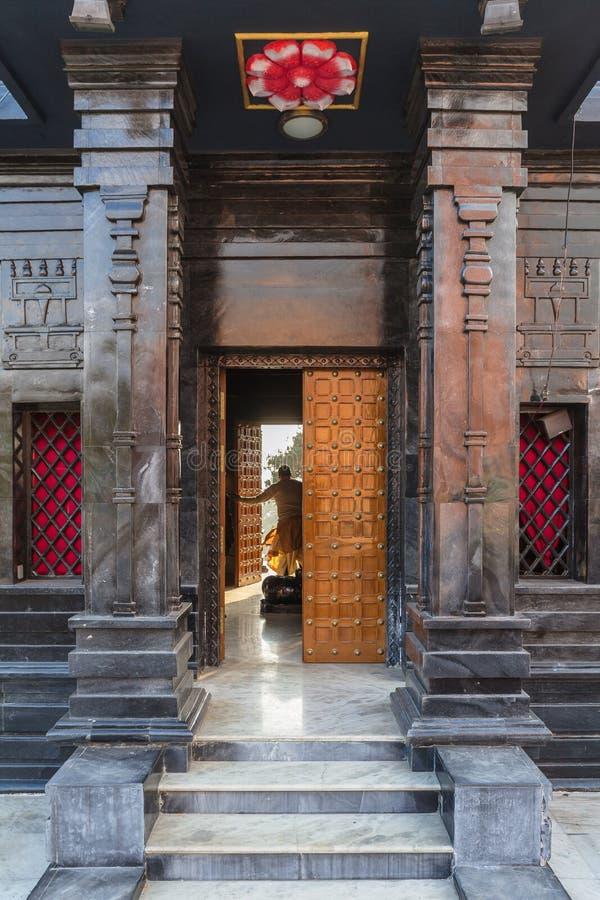 在纳姆奇朝向寺庙的被打开的门有教士的在Siddhesvara Dhaam区域  锡金,印度 免版税库存照片