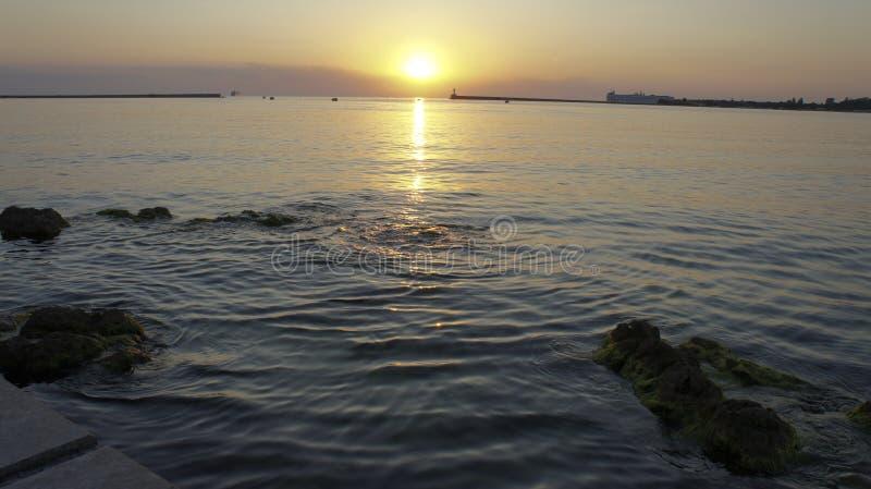 在纳希莫夫江边的美好的夏天日落在塞瓦斯托波尔 免版税库存照片