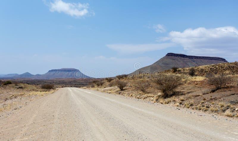 在纳米比亚moonscape风景的不尽的路 库存图片
