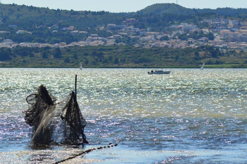 在纳莫纳法国附近的湖有fishingnets的 免版税库存照片