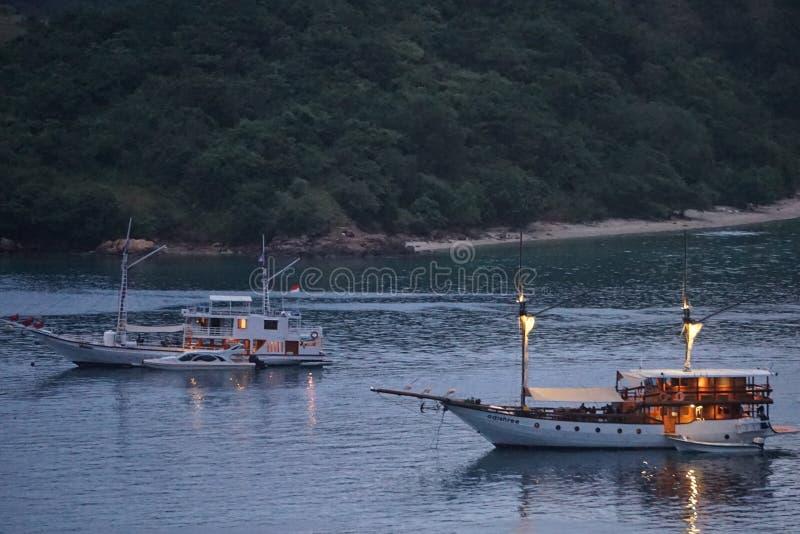 在纳闽Bajo,弗洛勒斯印度尼西亚的Pinisi小船 免版税库存照片