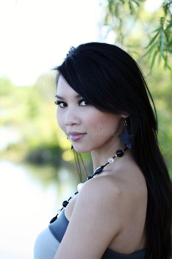 在纵向肩膀妇女年轻人的亚洲人 免版税库存图片