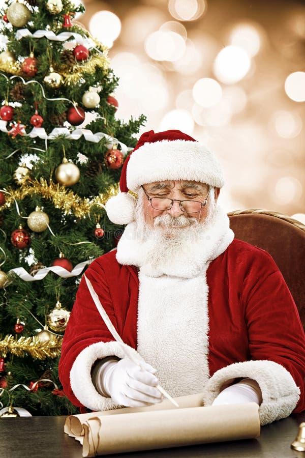 在纸卷纸的圣诞老人文字 库存照片