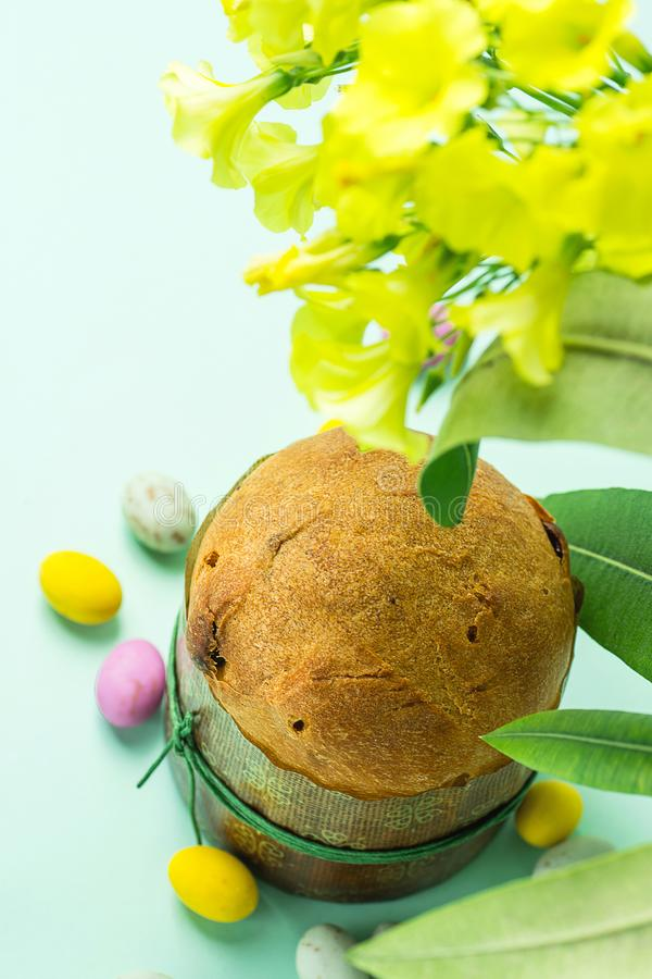 在纸在绿松石表花驱散的形式多彩多姿的有斑点的巧克力糖鸡蛋的自创复活节甜蛋糕意大利节日糕点 库存照片
