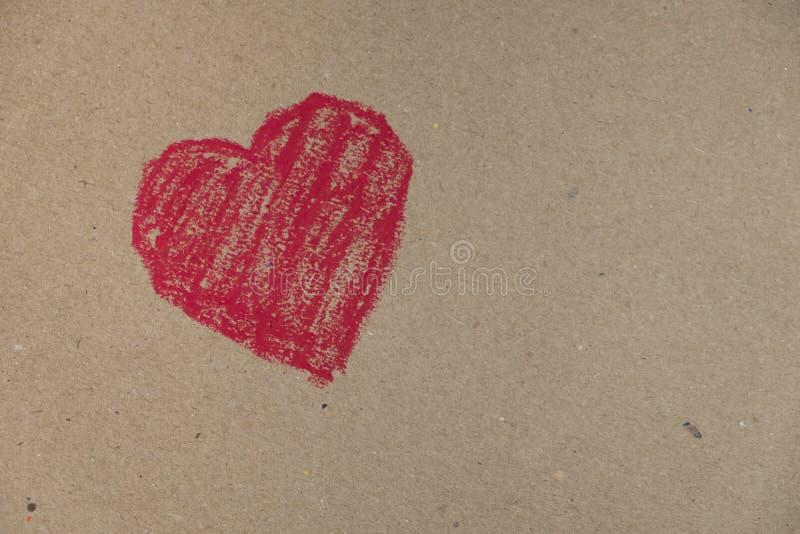 在纸板背景画的红色心脏 免版税库存照片