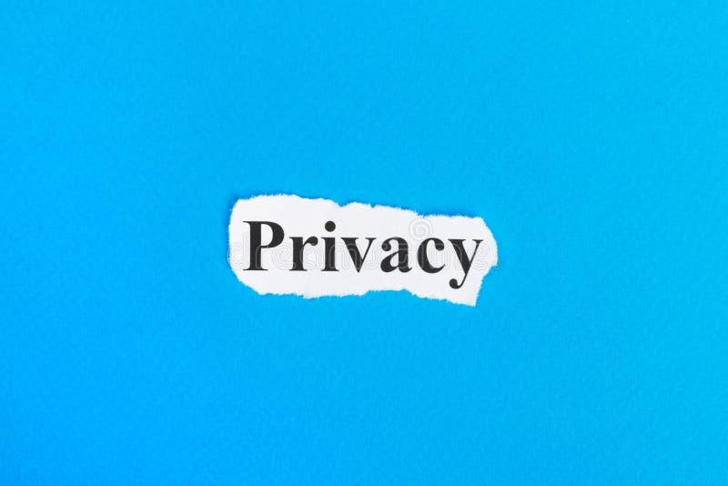 在纸的保密性文本 在被撕毁的纸的词保密性 com概念小雕象图象其它正确的常设文本 免版税库存图片