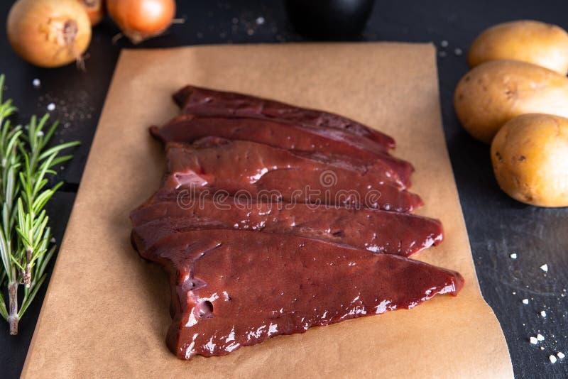在纸的新鲜的未加工的牛肉肝脏 图库摄影