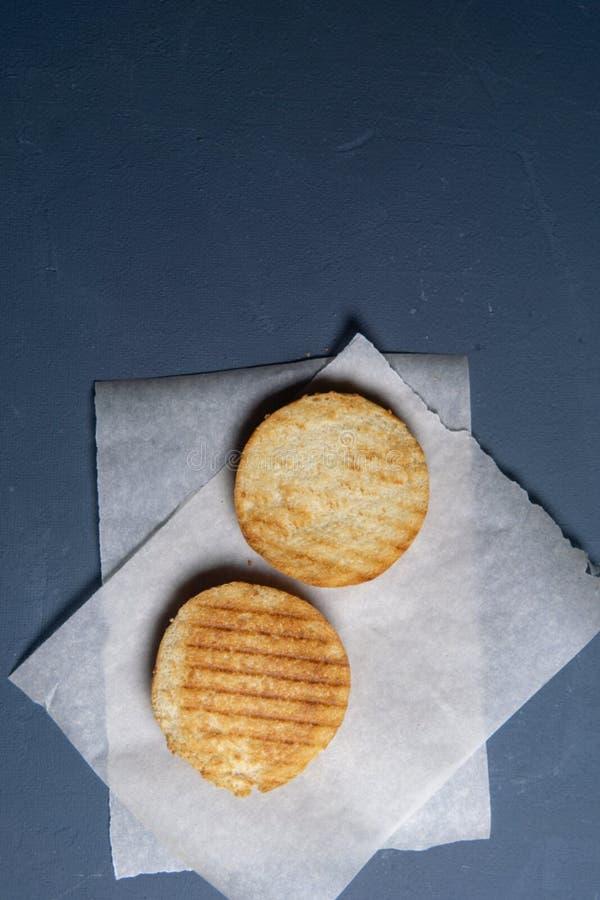 在纸的烤和切成两半的汉堡小圆面包 库存照片