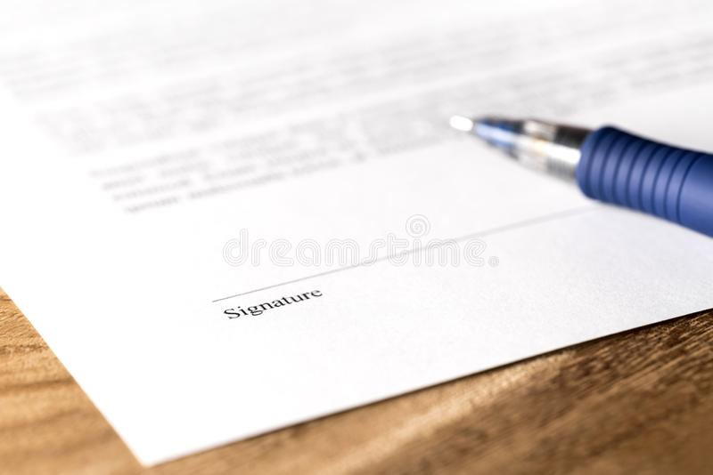 在纸的笔和署名线 签署企业合同、法律协议或者出租成交 免版税库存图片