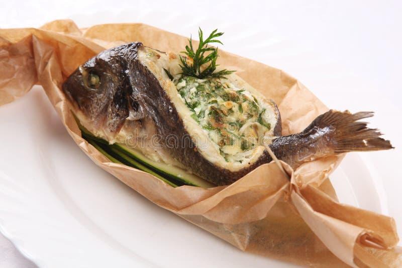 Download 在纸的被充塞的鱼 库存图片. 图片 包括有 沙拉, 部分, 女校友, 特写镜头, 平底锅, 绿色, 烘烤 - 72363635