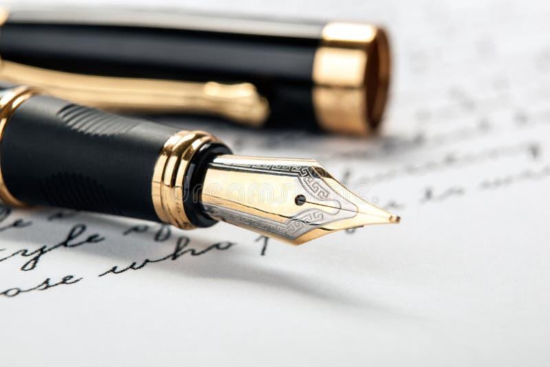 在纸的钢笔与墨水文本 库存图片
