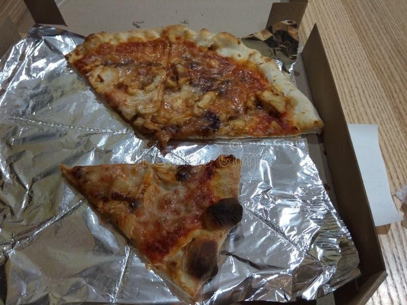 在纸盒箱子的比萨在木背景 免版税库存照片