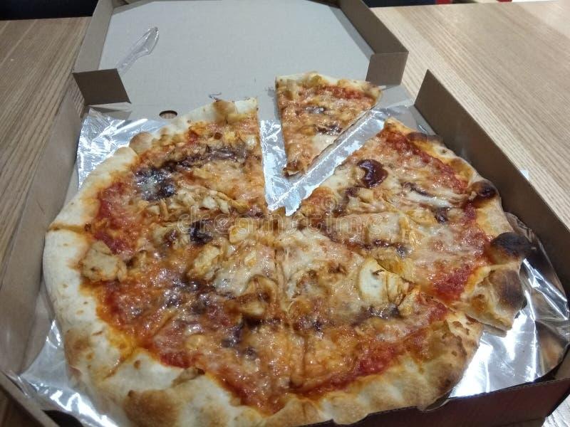 在纸盒箱子的比萨在木背景 免版税图库摄影