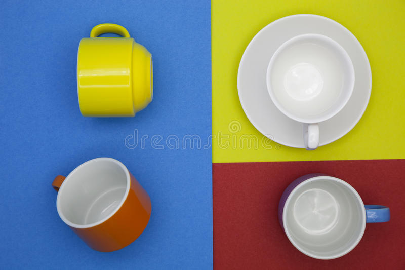 在纸背景的五颜六色的空白的咖啡杯 免版税库存图片