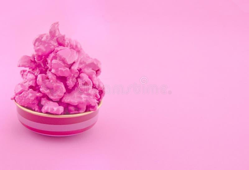 在纸背景的甜桃红色玉米花 时尚流行艺术样式 顶视图 免版税库存照片