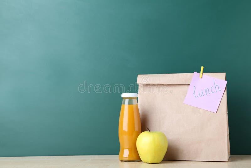 在纸袋的学校午餐 库存图片