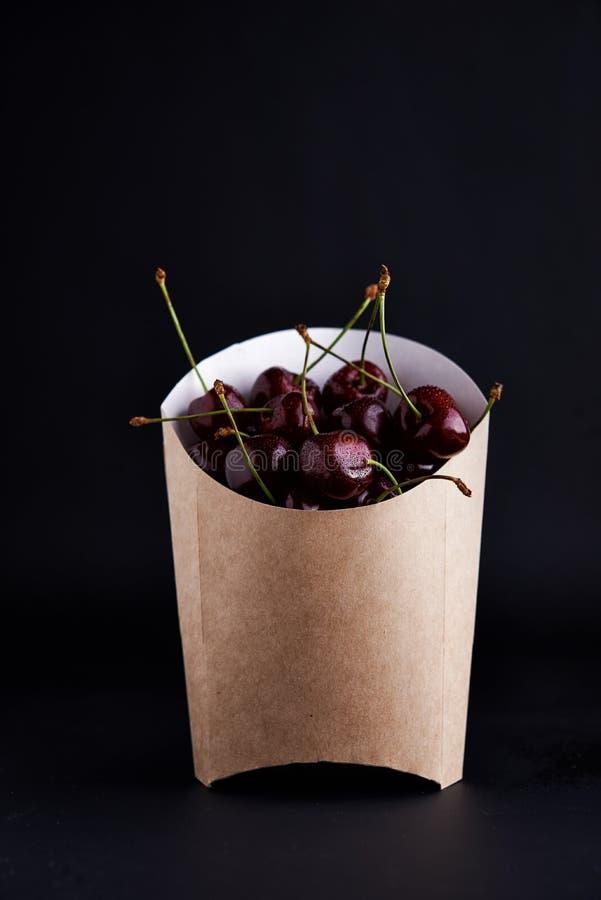 在纸袋的甜樱桃 免版税图库摄影