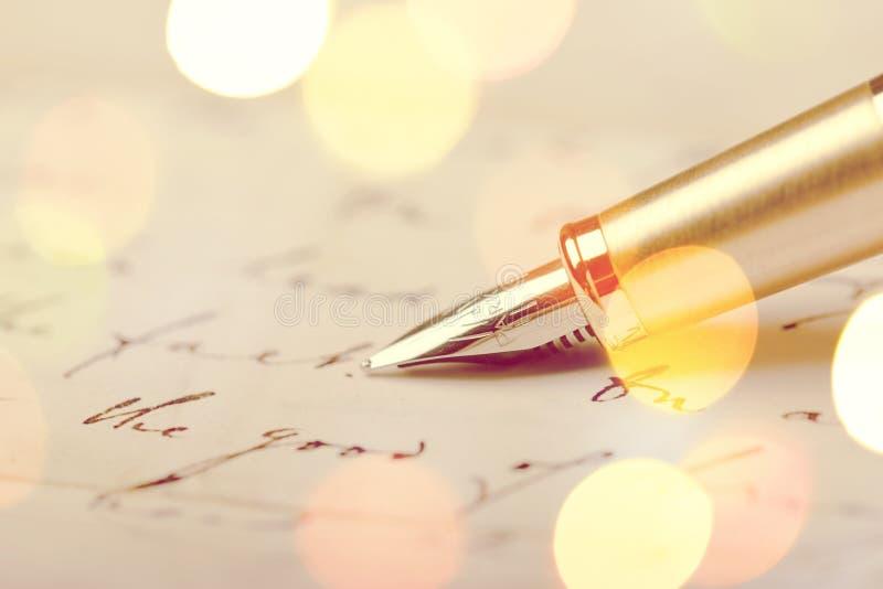 在纸,关闭的葡萄酒笔,事务 库存照片
