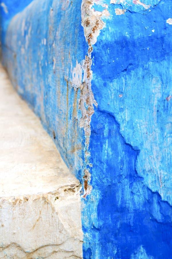 在纹理墙壁和步的蓝色 向量例证