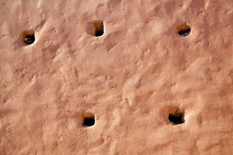 在纹理墙壁孔的桃红色 库存例证