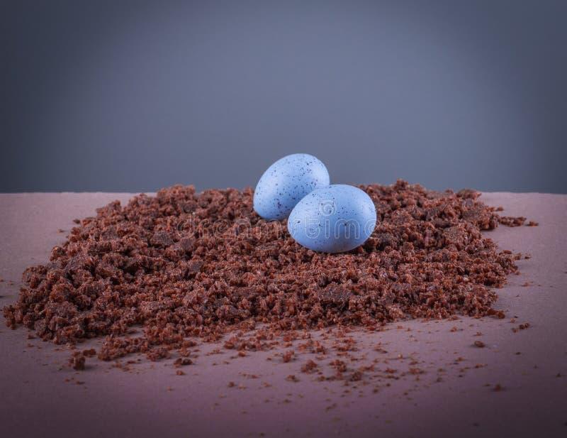在纹理背景的两个蓝色呈杂色的鸡蛋 免版税库存照片