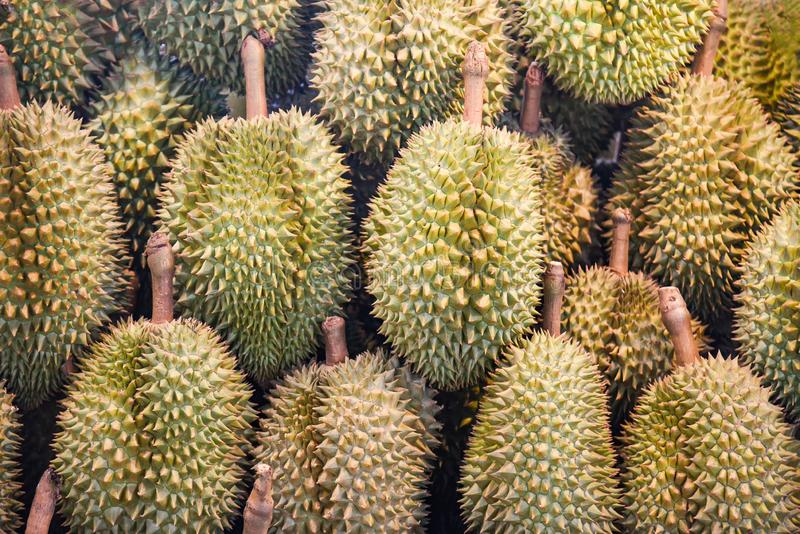 在纹理背景销售的留连果热带水果在水果市场上 库存图片