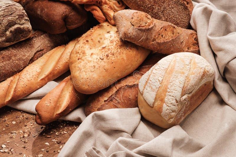 在纺织品袋子或桌布的芬芳面包 库存图片