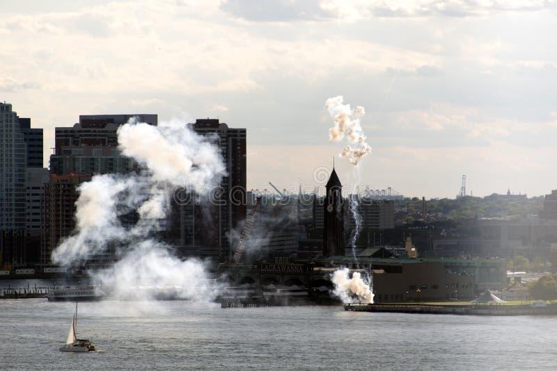 在纽约地平线的烟花 库存照片
