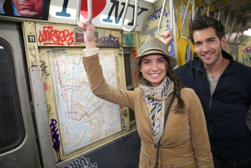 在纽约的地铁的年轻时髦夫妇 免版税库存照片