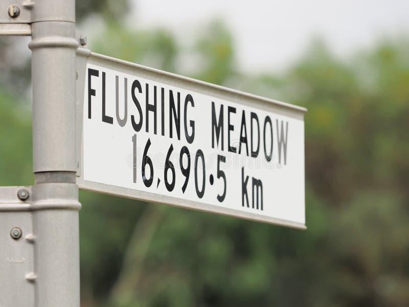 在纽约签署陈述从标志的距离到冲洗的草甸 库存图片