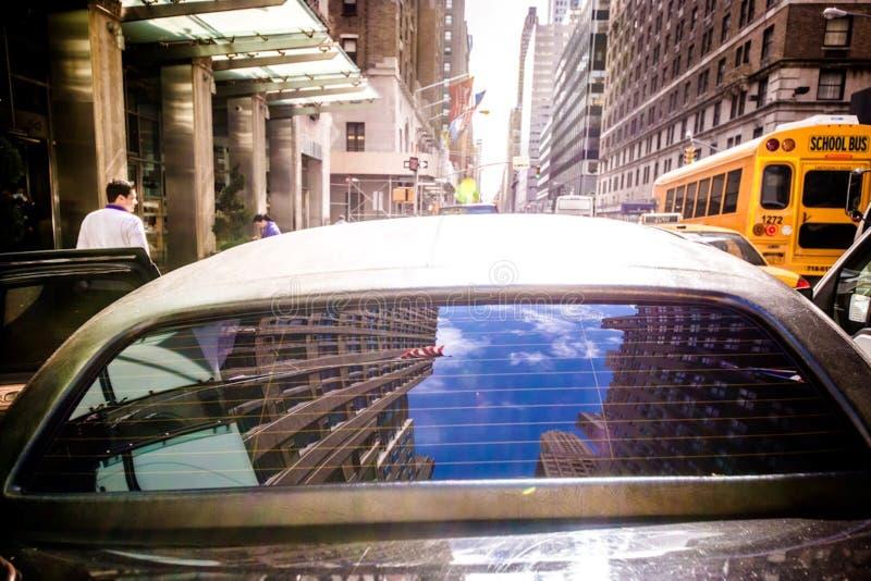 在纽约街道上的汽车  免版税库存照片