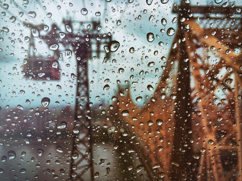在纽约视图的雨从罗斯福岛电车轨道 免版税图库摄影