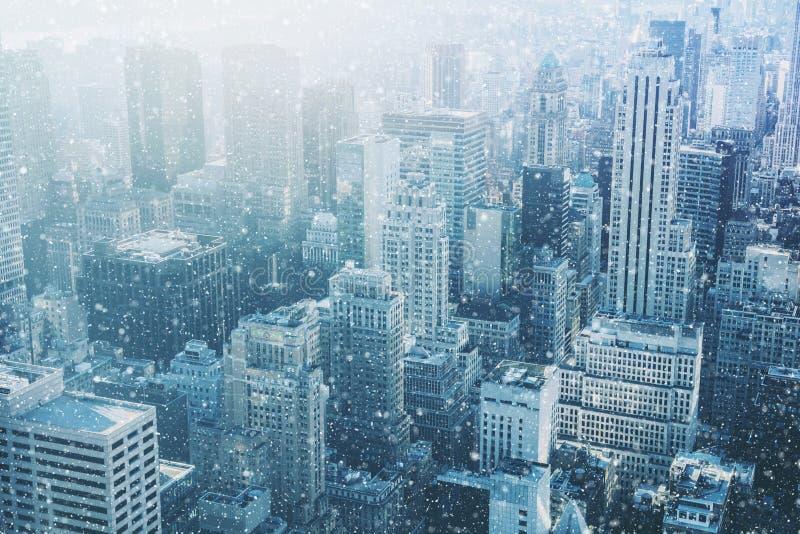 在纽约-意想不到的图象,与都市天空的地平线下雪 库存图片