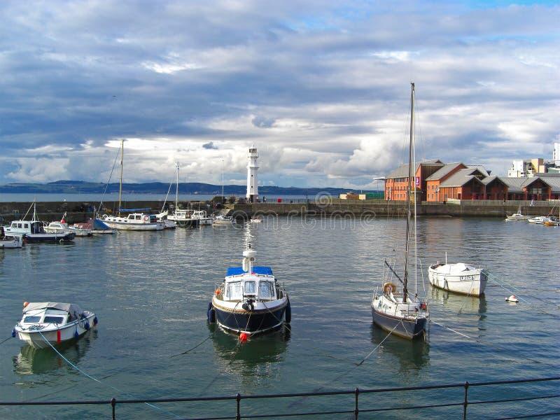 在纽黑文灯塔,爱丁堡,苏格兰,英国的小船 库存照片