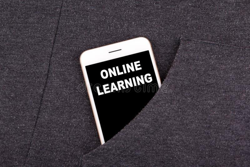 在线了解 在口袋的智能手机 技术事务和通信,教育背景 免版税库存图片