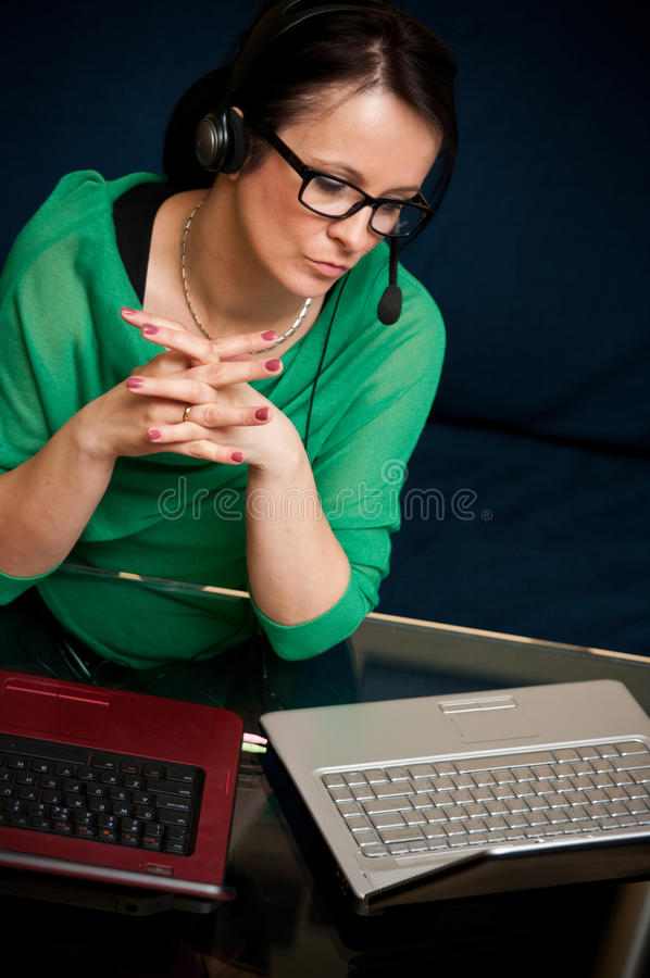 在线工作的妇女 库存图片