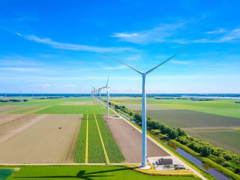 在线的风车从空气 免版税库存图片