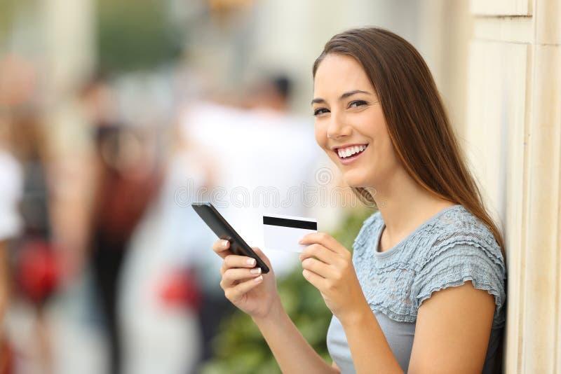 在线看照相机的顾客拿着卡片 免版税图库摄影
