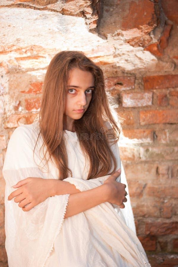 在组织墙壁白色附近的砖女孩 库存照片