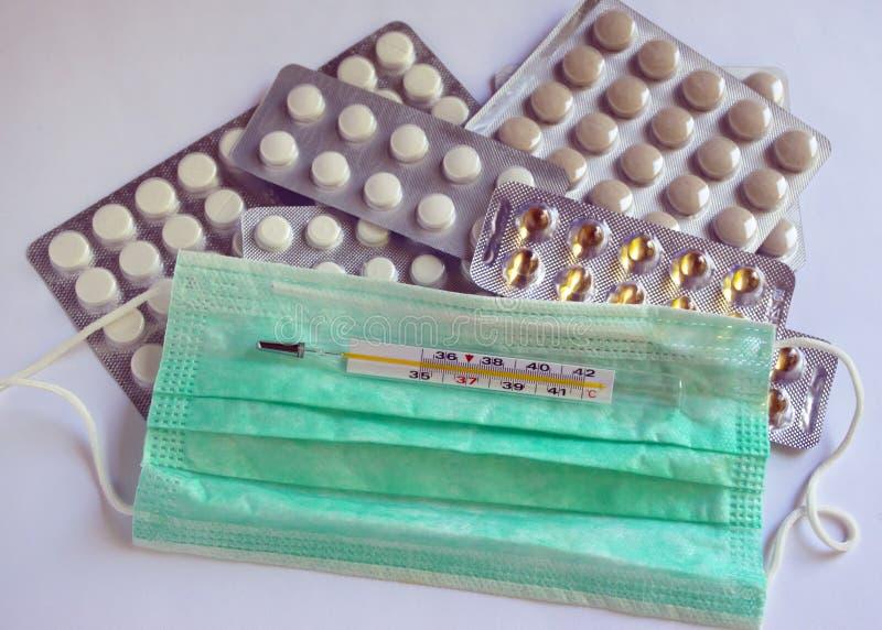 在组装的片剂在桌上 从病毒的抗生素 疾病的治疗 面孔的纱外套 防止受到虚象 库存图片