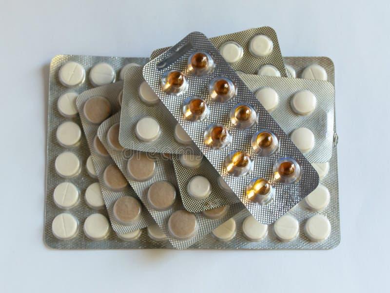 在组装的片剂在桌上 从病毒的抗生素 疾病的治疗 库存照片