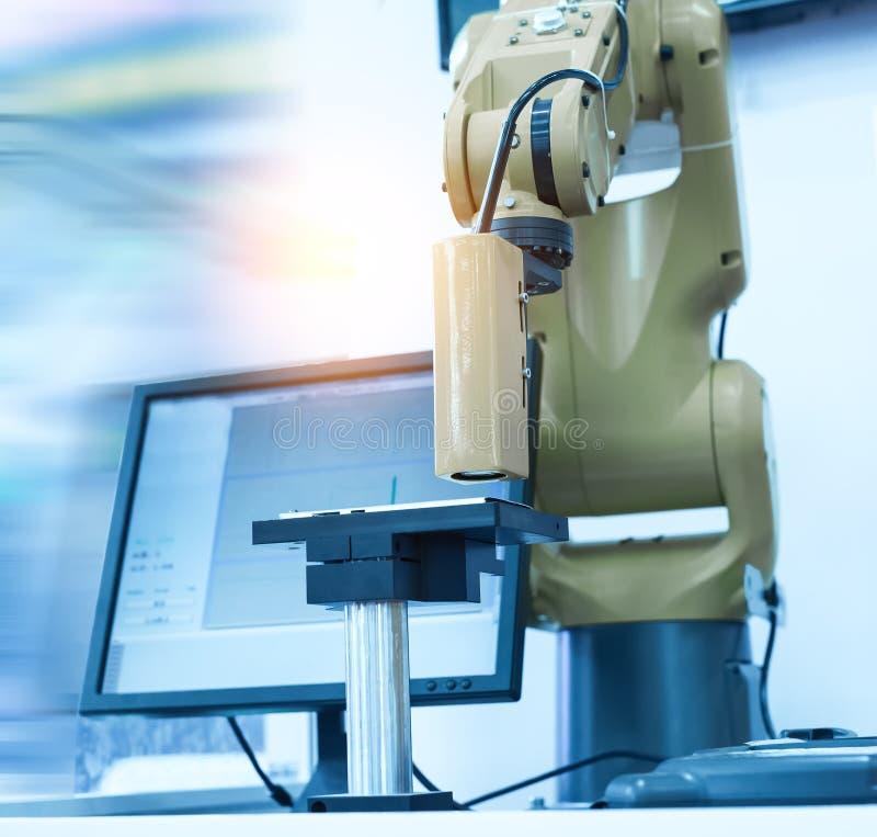在组装线工作的自动机器人在工厂 免版税库存照片