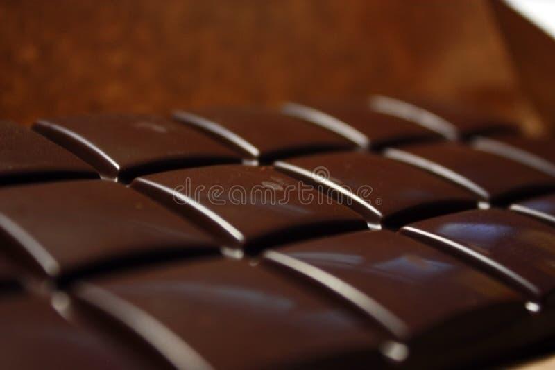 在组装backround的黑暗的巧克力块 免版税库存图片