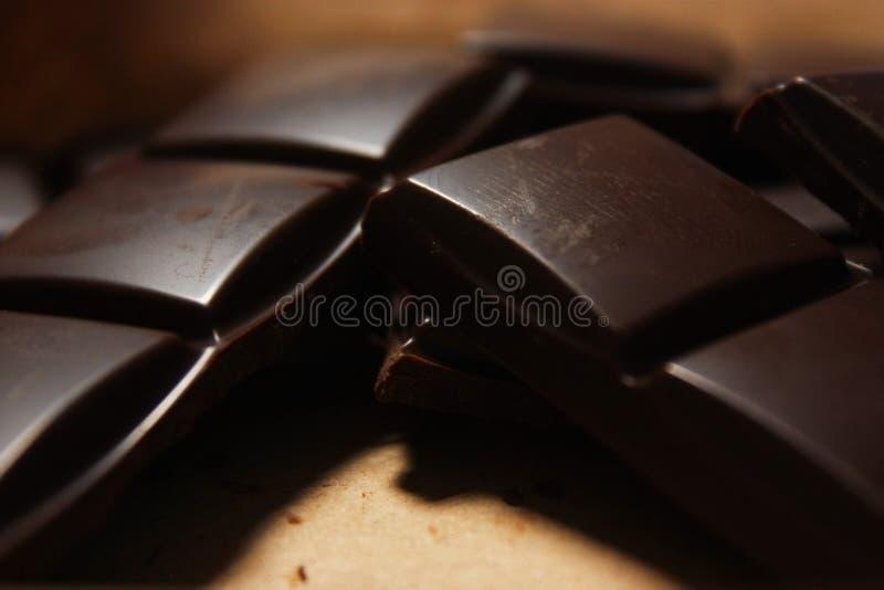在组装backround的黑暗的巧克力块 库存图片