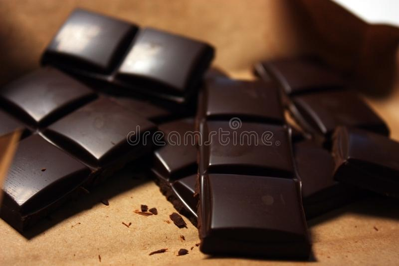 在组装backround的黑暗的巧克力块 图库摄影