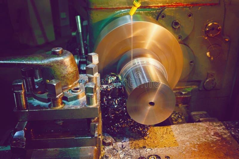 在细节特写镜头的削片 车床,处理通过切开的金属在工业设备 被设色的图象 库存图片